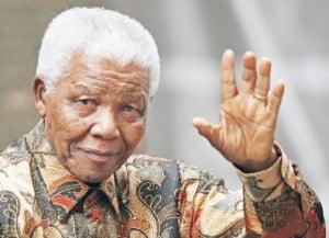 Nelson Mandela kerap terlihat berbusana batik