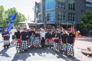 Rombongan pemusik gamelan dari Mahindra Bali berpose sebelum parade