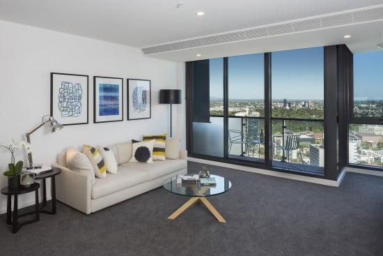 Pemandangan indah dari ruang tamu apartemen Southbank Grand