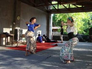 Jane belajar menari Bali