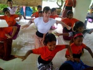Jane menari bersama anak-anak di Bali