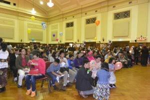 Ratusan pengunjung yang beruntung mendapatkan kursi untuk beristirahat sambil menyantap makanan dan menikmati acara panggung