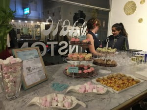 Para pengunjung dapat menikmati makanan ringan sambil bersosialisasi di malam pembukaan