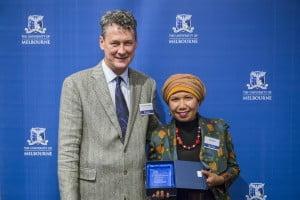 Menerima penghargaan dari Dekan Prof. Mark Considine (foto: Mark Farrelly Photography)