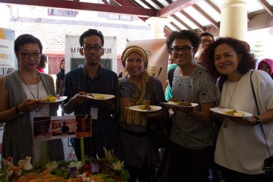 (MIWF 2016) bersama penulis M. Aan Mansyur (kedua dari kiri) dan produser/sutradara film AADC2, Riri Riza (kedua dari kanan) dan Mira Lesmana (kanan) dan editor Gramedia Pustaka Utama, Sisca Yunita (kiri), merayakan terjualnya lebih dari 35.000 copy buku karya M. Aan Mansyur, 'Tidak Ada New York Hari Ini', yang mencatat penjualan buku puisi paling laris sepanjang sejarah di Indonesia. Puisi-puisi ini digunakan dalam film AADC2 dan menjadi contoh yang baik kolaborasi karya sastra dalam film. (foto: Rumata' Artspace/MIWF https://www.flickr.com/photos/135365172@N06/27075532271/in/photostream/)