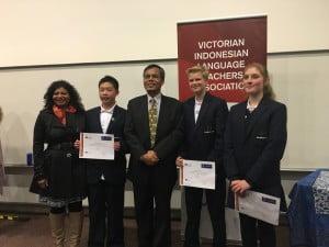 Konsul Zaenal Arifin bersama siswa/i Heathmont College yang berhasil tampil sebagai finalis