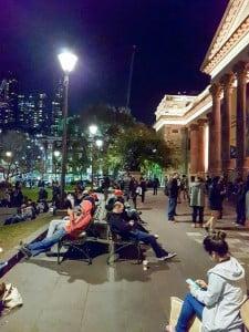 Situasi kekinian di halaman depan State Library of Victoria seusai jam kantor