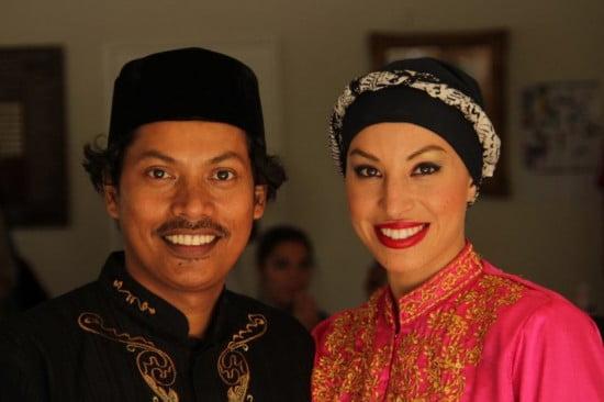 Murtala dan Istri, Alfira, senang seni budaya Tanah Air dinikmati masyarakat lokal (foto: Suara Indonesia)
