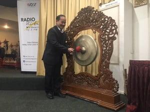 Pemukulan gong oleh Konsul Pensosbud O'Conroy Doloksaribu menandai dimulainya sayembara