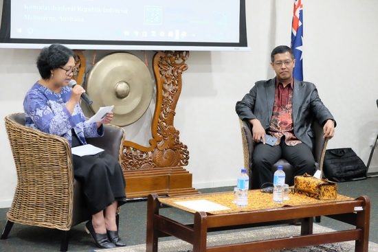 Ita Puspitasari (Konsul Ekonomi, KJRI Melbourne) dan Hestu Yoga Saksama (Direktur Penyuluhan, Pelayanan, dan Hubungan Masyarakat – Direktorat Jenderal Pajak)