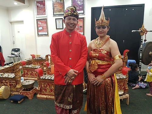 Kepala bidang kesenian grup Mahindra Bali, Made Rudy (kiri) bersama salah satu penari Cendrawasih, Made Utari Rimayanti