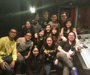 Vanessa (depan, tengah) bersama kawan-kawan