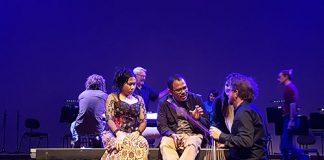 Soloist Peni Candrarini, Garin Nugroho, Iain Grandage sedang berdiskusi