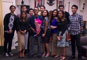 Sebagai Konsul Muda Pensosbud, Oldrin Lawalata (pegang bunga) banyak bekerjasama dengan perwakilan organisasi masyarakat Indonesia di Victoria (dalam foto: bersama perwakilan PPIA)