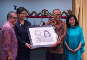 Tanda kenang-kenangan berupa karikatur Dubes Nadjib dan Ibu Nino
