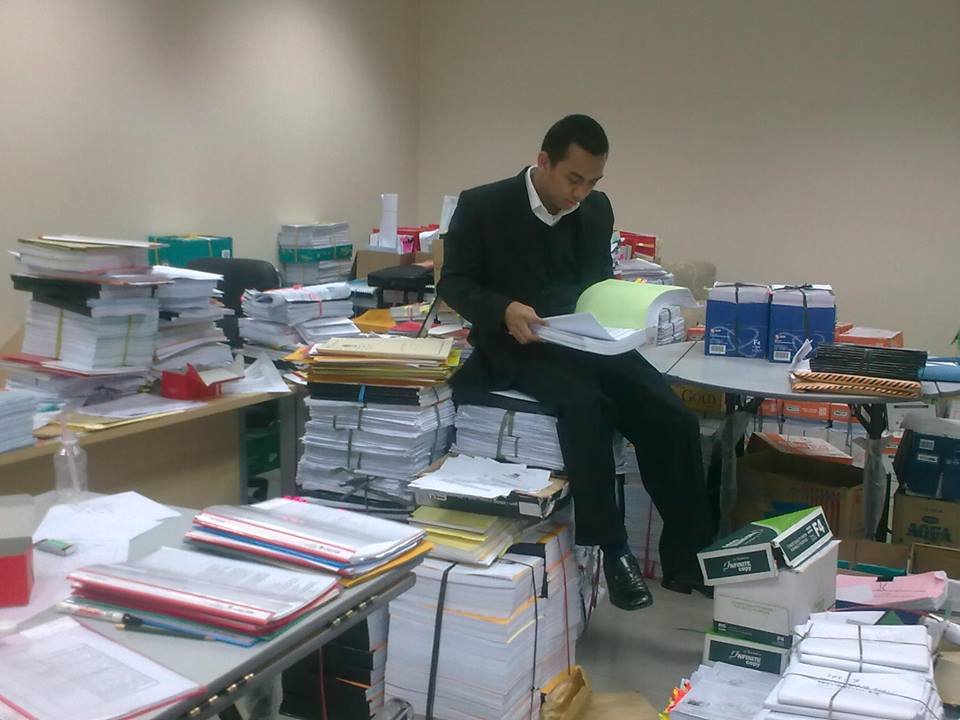 Saat memeriksa bukti-bukti pelanggaran Pemilu Presiden 2009 di Mahkamah Konstitusi