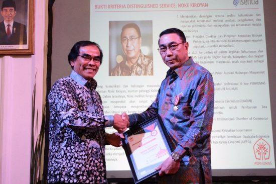 Menerima penghargaan dari Perhumas (Perhimpunan Hubungan Masyarakat Indonesia)