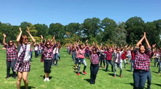 Sekitar 200 orang menari bersama di Fawkner Park