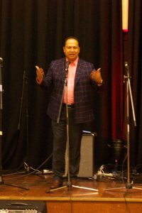 Pdt. Ivan Sitompul memimpin ibadah ucapan syukur atas tahun yang baru