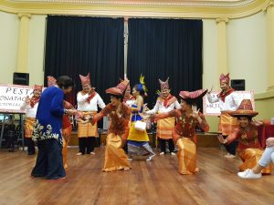 Seorang tamu, Iisje Bakar Tobing menyelipkan uang pada jemari para penari yang merupakan tradisi Tari Tortor adat Batak