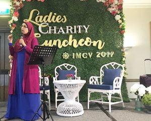 Sister Sarah Hassan memimpin jalannya lelang