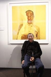 Lee Wen asal Singapura berfoto di depan hasil karyanya sendiri yang bertajuk Splash! #7 (2003)