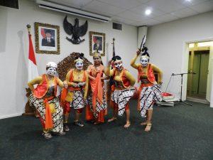 Setelah berkumpul dan berdandan di KJRI Melbourne, para Punakawati siap beraksi