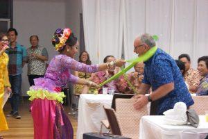 Tari Mayong oleh penari Maria Leeds