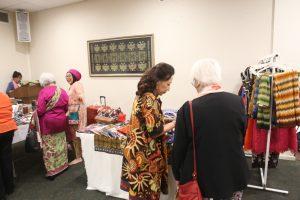 Bazar batik dan kosmetik di aula Bhinneka